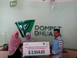 Perwakilan Dompet Dhuafa menerima bantuan dari Masyarakat Indonesia di USA